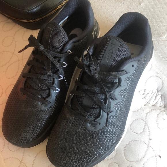 Black-White-Wolf Grey Nike Metcon 5